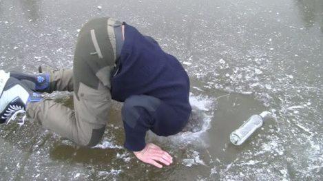 faire-du-patin-a-glace-sur-un-lac-gele